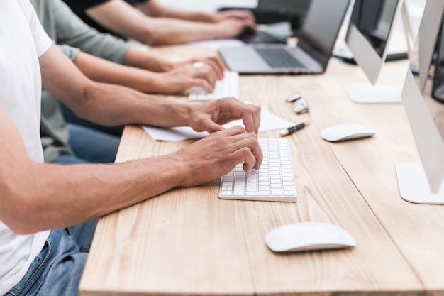 Equipo de negocios trabaja en computadoras personales