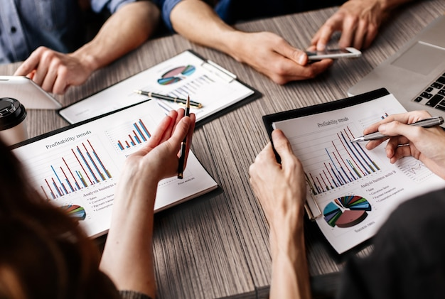 Equipo de negocios trabaja con documentos financieros