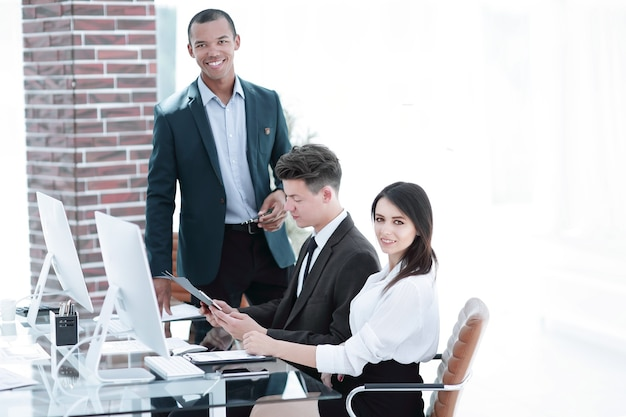 Equipo de negocios trabajando con documentos en una oficina moderna