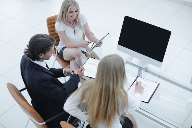 Equipo de negocios trabajando con documentos en una oficina moderna.