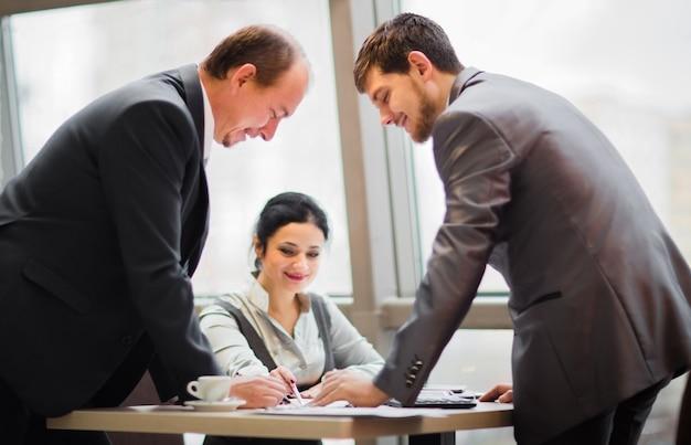 Equipo de negocios trabajando juntos para lograr mejores resultados.