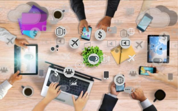 Equipo de negocios trabajando juntos, manos usando la interfaz de iconos sociales de teléfonos inteligentes en la pantalla. concepto de redes sociales