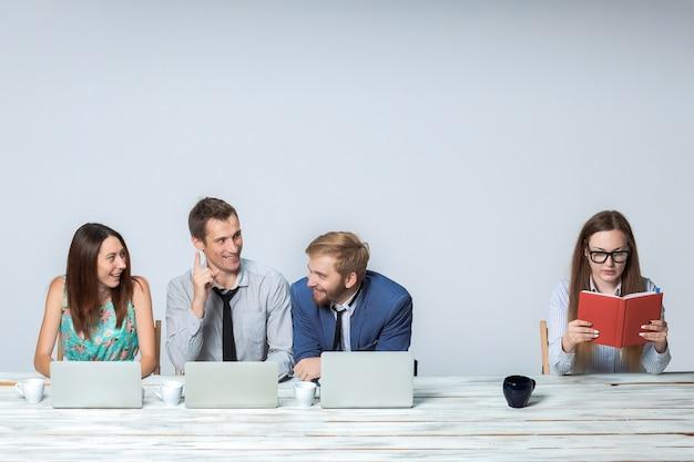 Equipo de negocios trabajando juntos en su proyecto comercial en la oficina