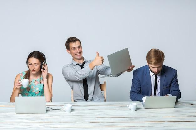 Equipo de negocios trabajando juntos en su proyecto empresarial en la oficina