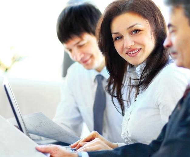 Equipo de negocios trabajando juntos en su proyecto empresarial en la oficina Foto Premium