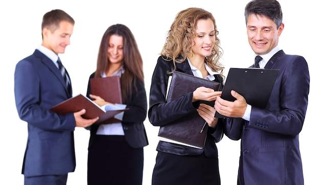 Equipo de negocios trabajando juntos en su proyecto empresarial sobre fondo blanco.