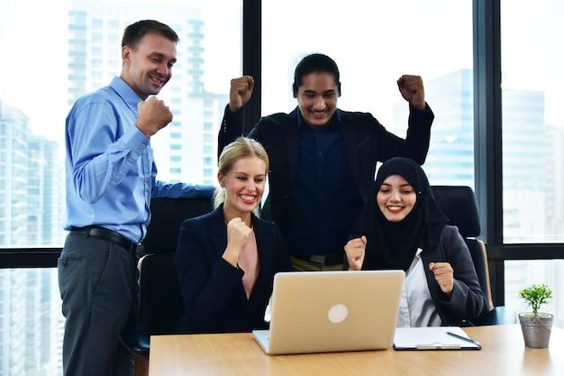 Equipo de negocios trabajando en marketing de oficina éxito