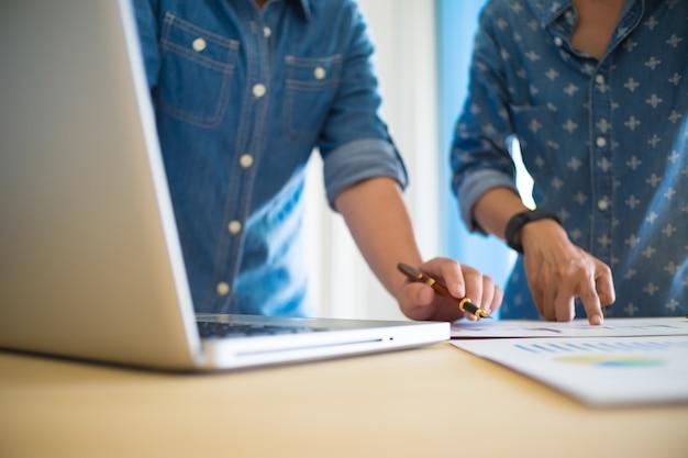 Equipo de negocios trabajando en un nuevo plan de negocio con la computadora digital moderna con copyspace.