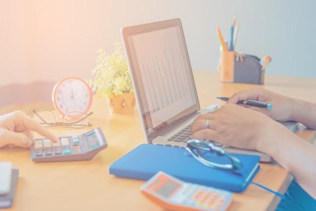 Equipo de negocios trabajando en un nuevo plan de negocios con computadora digital moderna