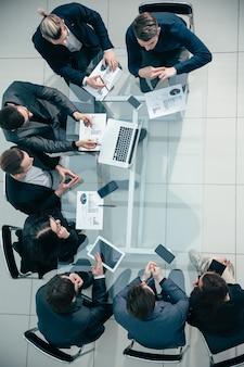 Equipo de negocios de vista superior discutiendo datos financieros