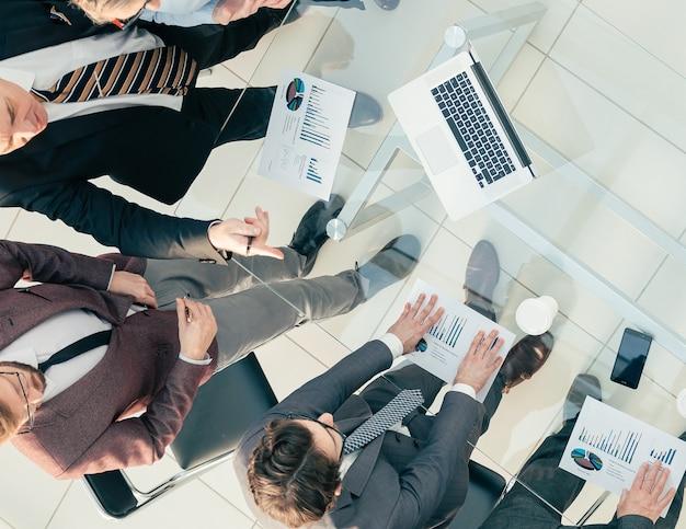 Equipo de negocios de vista superior discutiendo documentos financieros