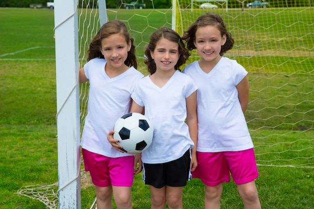 Equipo de niñas de fútbol de fútbol soccer en fileld deportivo