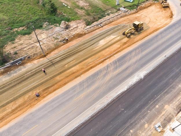 Equipo de nivelación de carreteras motoniveladora en el trabajo