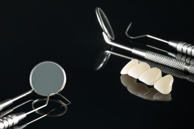 Equipo de odontología de implantes de coronas y puentes dentales y restauración modelo express fix.