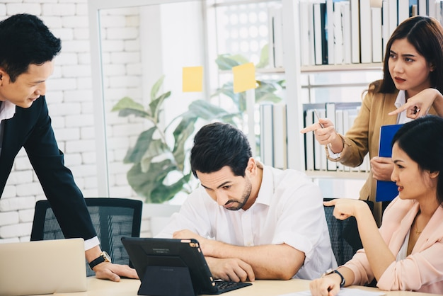 El equipo en la oficina discute sobre el trabajo