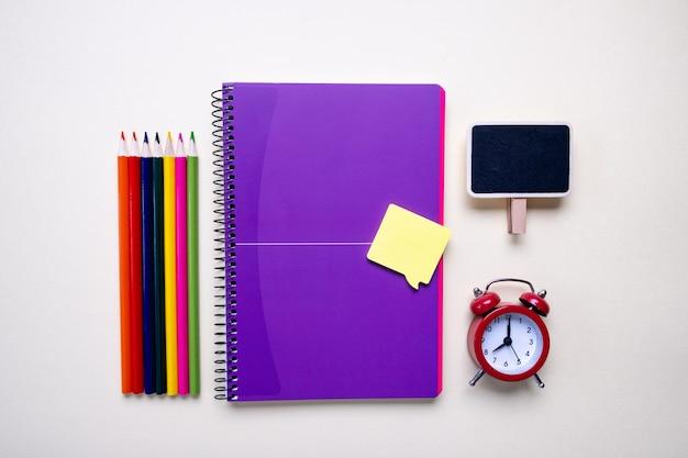 Equipo de oficina y estudiante sobre fondo claro - concepto de regreso a la escuela. vista superior