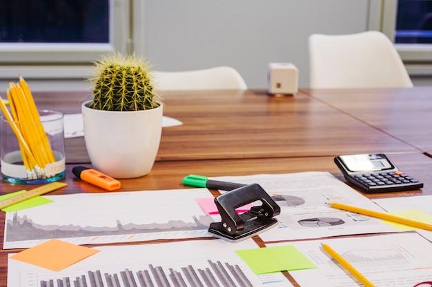 Equipo de oficina puesto en la mesa