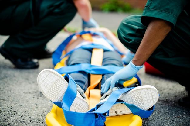 Equipo paramédico rescatando a un joven paciente crítico