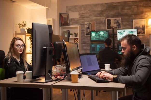 Equipo de peligrosos piratas informáticos que planean un gran ciberataque contra grandes corporaciones de todo el mundo. hacker femenina.
