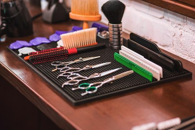 Equipo de peluquería en mesa de madera