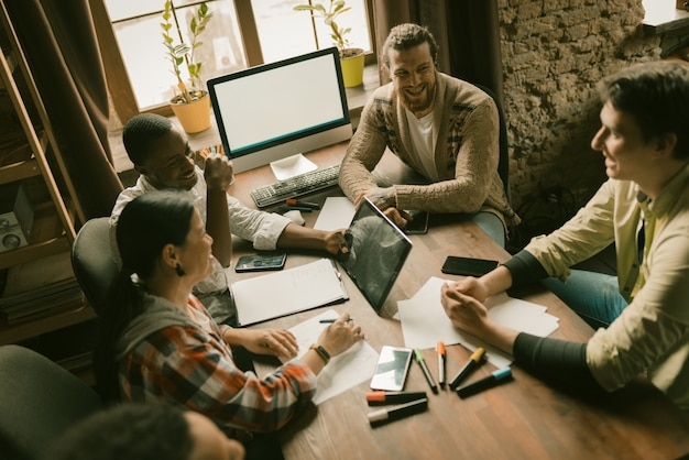 Equipo de personas creativas intercambian ideas en la oficina