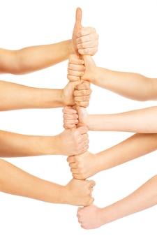 Equipo de personas mostrando sus manos en un signo de victoria sobre fondo blanco.