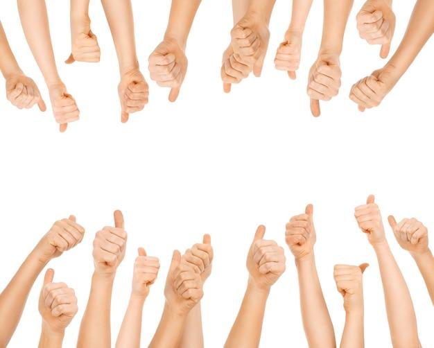 Equipo de personas que muestran signos de ok sobre fondo blanco.