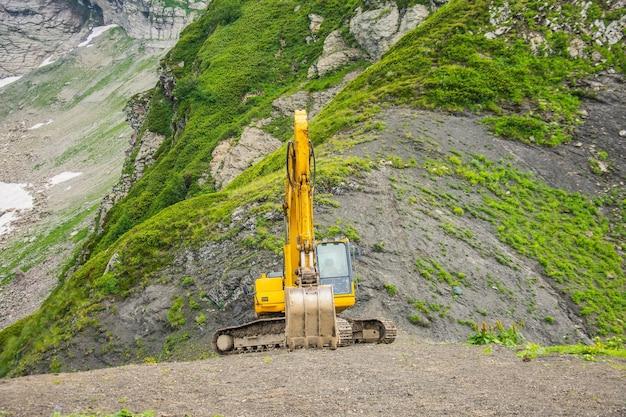 Equipo pesado de excavadoras en montañas en pendientes pronunciadas