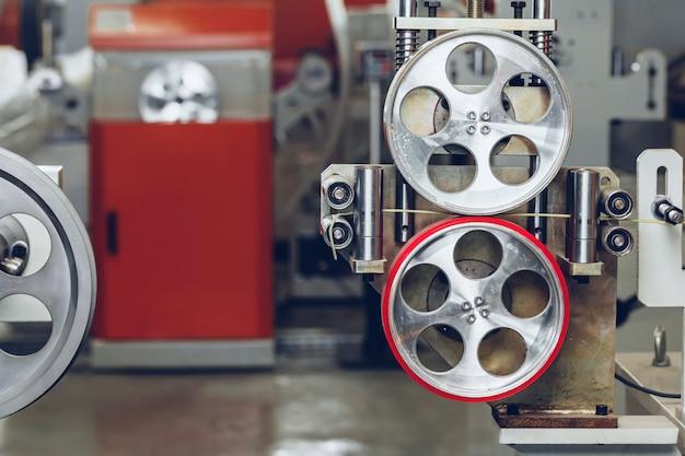 Equipo de producción de metal en la planta de cables.