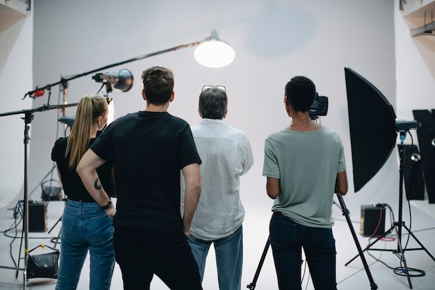 Equipo de producción trabajando juntos en un estudio.