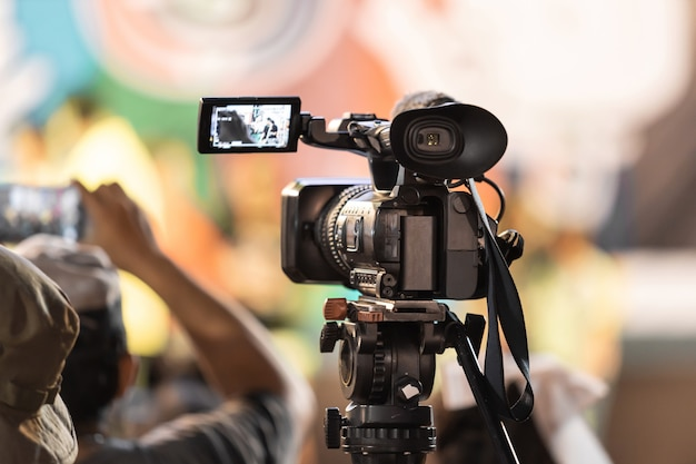 Equipo profesional de cámara de video digital en transmisión de eventos.