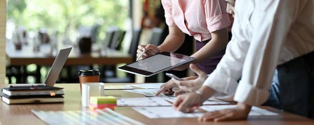 El equipo profesional de diseñadores de ux está diseñando aplicaciones para teléfonos inteligentes.