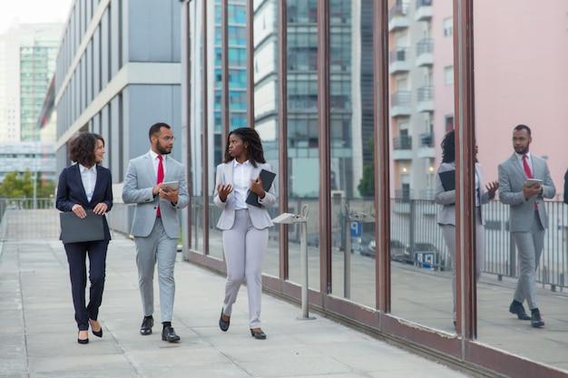Equipo profesional de negocios multiétnicos en la calle