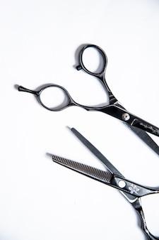 Equipo profesional para peluqueros y barberos en el fondo blanco.