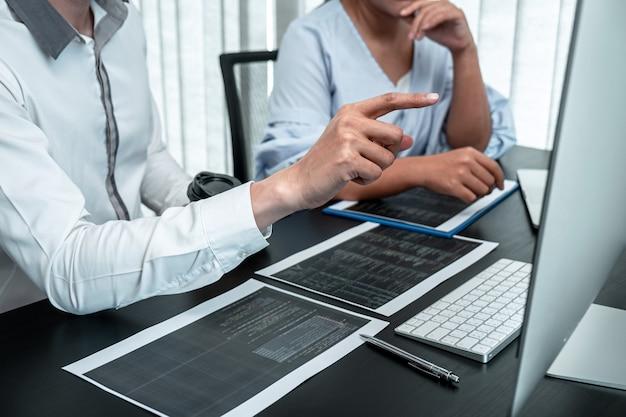 Equipo de programador desarrollador que trabaja en la codificación de programas informáticos en la oficina, redacción de sitios web y tecnología de base de datos de desarrollo.