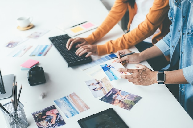 Equipo de puesta en marcha creativo del diseñador de la agencia de publicidad que discute ideas en la oficina. Foto Premium