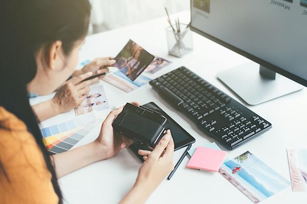 Equipo de puesta en marcha creativo del diseñador de la agencia de publicidad que discute ideas en la oficina.