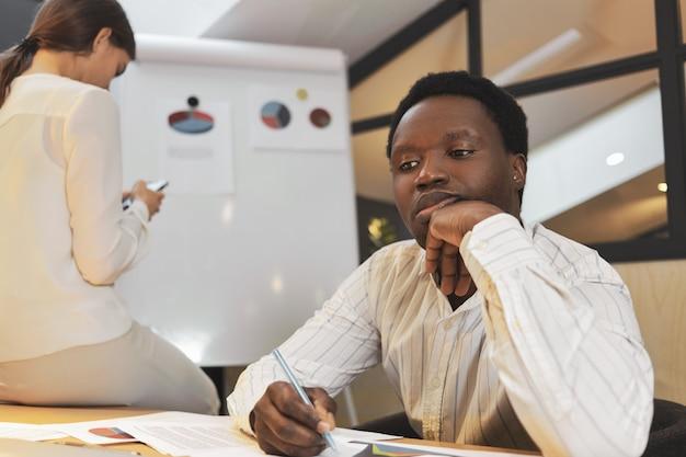 Equipo de raza mixta de jóvenes creativos de intercambio de ideas en la oficina