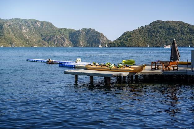 Equipo para recreación y entretenimiento en el mar en el fondo del paisaje marino.