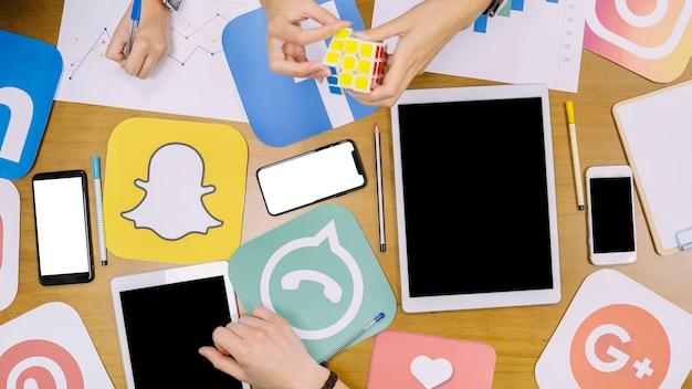 Equipo de redes sociales discutiendo el plan en el lugar de trabajo