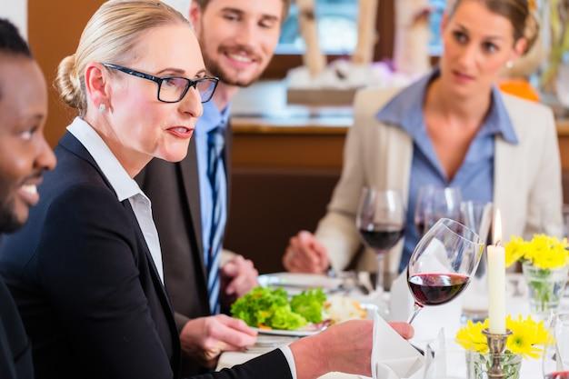 Equipo en la reunión de almuerzo de negocios en el restaurante