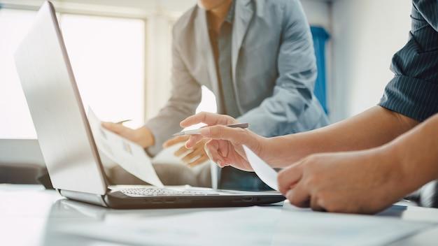 Equipo de reunión corporativa de negocios en la oficina moderna para analizar el informe financiero de la empresa.