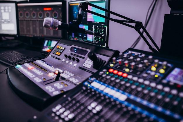 Equipo en una sala de grabación musical vacía.
