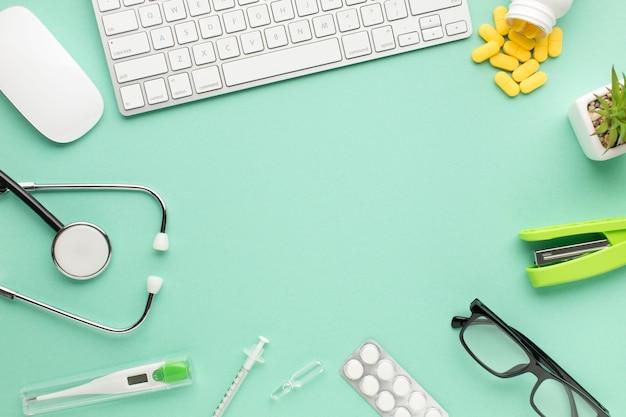 Equipo sanitario con palabra clave inalámbrica y mouse sobre fondo verde