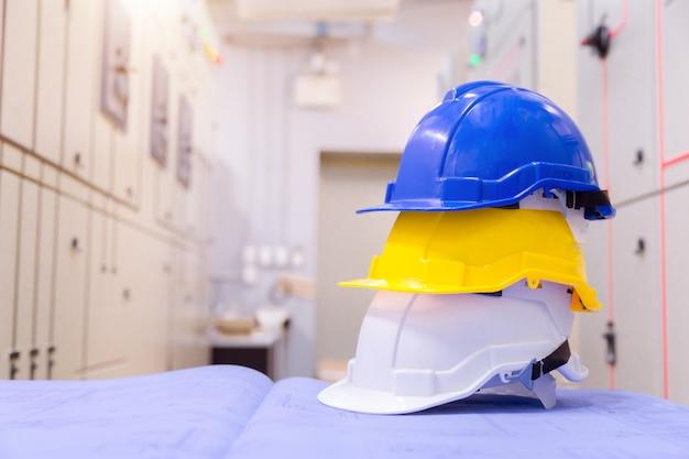 Equipo de seguridad de construcción estándar en sala de control, construcción y concepto de seguridad