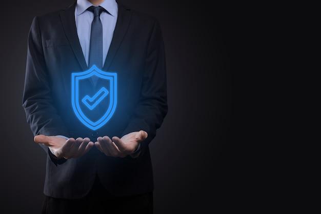 Equipo de seguridad de red de protección en manos de un empresario