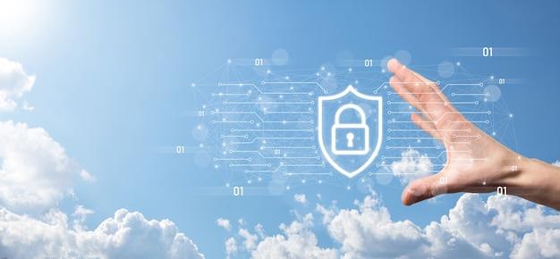Equipo de seguridad de red de protección y seguro su concepto de datos, empresario sosteniendo escudo proteger icono. símbolo de candado, concepto sobre seguridad, ciberseguridad y protección contra peligros.