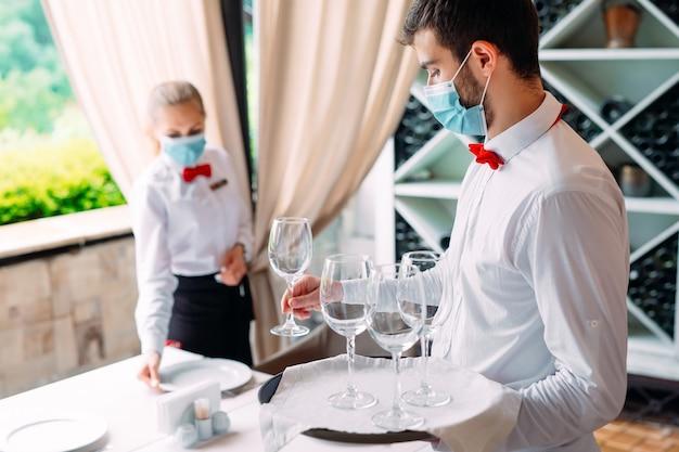 El equipo de servicio de un restaurante