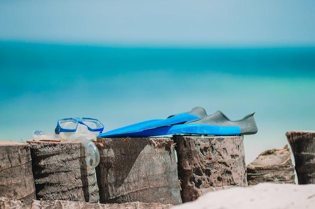 Equipo de snorkel máscara, snorkel y aletas en playa blanca