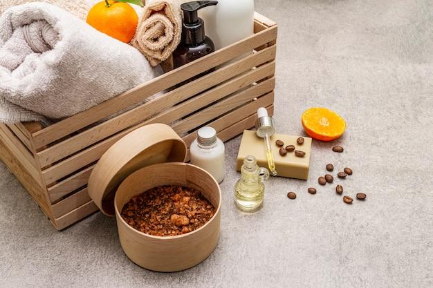 Equipo de spa dentro de una caja de madera.